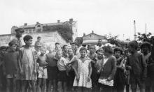 Одесса. На фоне дома № 2 по ул. Запорожской. Конец 1920-х гг.