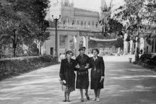 Одесса. В ЦПКиО им. Т.Г. Шевченко, возле главного входа, на аллее, ведущей к Зеленому театру. 1950-е гг.