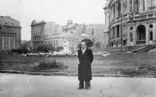 На фоне фонтана «Молодость» в театральном сквере у театра оперы и балета. Конец 1950-х гг.