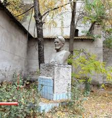 Одесса. Памятник А.В. Хворостину возле МПО «Орион», ул. Степовая, № 9. Фото Марии Котовой, октябрь, 2018 г.