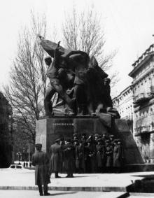 Одесса. У памятника Потемкинцам на площади К. Маркса. 1980-е гг.