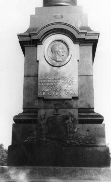 Одесса. Александровская колонна с барельефом Суворова после реконструкции. Фото Геннадия Калугина. 1976 г.