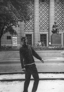 Памятник М.В. Ломоносову перед главным корпусом института технологии зерна и муки