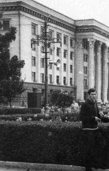 Одессе. Возле здания обкома партии. Начало 1960-х гг.
