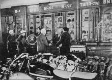 Одесса. В магазине «Мотоциклы, велосипеды». Фото в справочнике «Будьте, как дома», 1969 г.