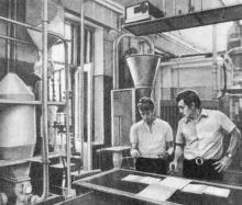 Технологический институт имени Ломоносова. В лаборатории пневматического транспорта. Фото М.Б. Рыбака в фотоочерке «Одесса студенческая». 1975 г.