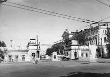 Проходная Одесского порта с площади Вакуленчука. 1960-е гг.
