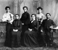 Д.А. Галюзман (сидит в центре) среди учителей субботней школы для взрослых. Одесса, 1904 г.