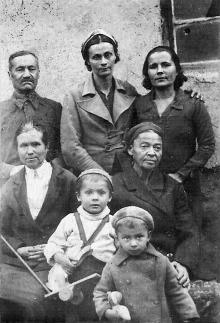 Н.И. Корченова (стоит в центре), Д.А. Галюзман (сидит справа) и Витя Корченов (внизу справа). Самарканд. Эвакуация. 1943 г.