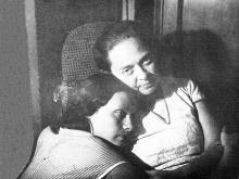Надежда Исаевна Корченова с матерью Д.А. Галюзман. Одесса. 1939 г.
