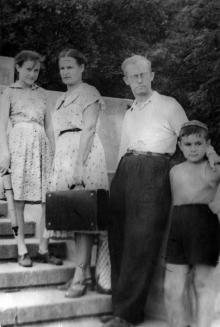 Слева направо:  Людмила Полтарескул,  Надежда Константиновна (жена С.М. Курбатова), С.М. Курбатов, соседский мальчик. 1960-е гг.