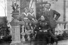 Д.А. Галюзман с дочерьми Надюшей и Викой в своей усадьбе по ул. Полтавской победы, 112. Одесса, 1912 г.