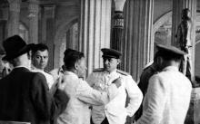 Приемка нового здания вокзала. К.Б. Корченов что-то говорит человеку в форме. 1952 г.