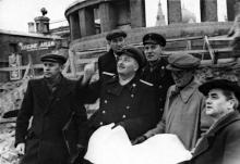 Константин Корченов (крайний слева) на строительстве нового здания вокзала. 1950 г.