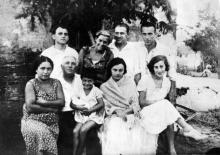 Корченов К.Б. (стоит 3-й слева), Корченова Н.И. (сидит вторая справа), Розенбойм Ю.П. (отец Александра Розенбойма, стоит 1-й справа), Розенбойм Л.И. (ур. Веприк, мать Александра Розенбойма, сидит 1-я справа), Фельдштейн П.И. (жена арх. В.Л. Фельдштейна, стоит 2-я слева). Дача Вальтуха. Одесса, 1939 год.