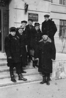 Одесса. Перед входом в областную партийную школу. 1952 г.