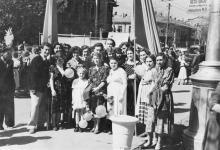 Одесса. Возле дома № 82 по ул. Чкалова. Позади группы людей улица Советской Армии. Колонна движется вниз, на площадь Октябрьской Революции. 1 мая 1959 г.
