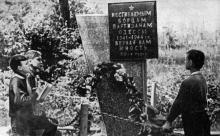 «Этот обелиск напоминает о славном партизанском прошлом Хаджибея». Фото в брошюре «Здравницы Хаджибея». 1970 г.