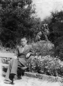 Одесса. В городском саду на фоне скульптуры льва. 1950-е гг.