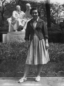 Одесса. На центральной аллее парка Шевченко. Памятник справа от входа, возле зеленого театра. 1951 г.