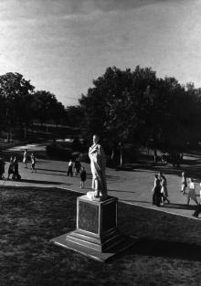 Памятник Дзержинскому на площади им. Дзержинского в парке Шевченко. 1950-е гг.