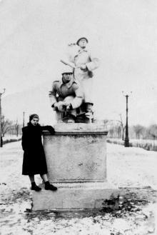 Одесса. Парк Шевченко. Скульптура солдат на аллее Шевченко (угол Суворовской). 1953 г.