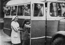 Это — не экскурсия. Так ежедневно отправляют ребят на процедуры. Фото в брошюре «Здравницы Хаджибея». 1970 г.