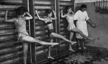В кабинете лечебной физкультуры. Фото в брошюре «Здравницы Хаджибея». 1970 г.