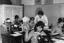 Девочки встречают родителей в сшитых своими руками платьях. Фото в брошюре «Здравницы Хаджибея». 1970 г.