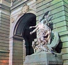 Одна из скульптурных групп центрального входа театра оперы и балета. Фото А.А. Подберезского в буклете «Театры Одессы». 1976 г.