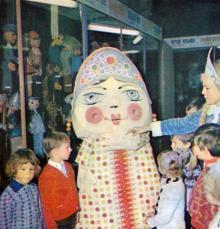 В фойе театра кукол. Фото А.А. Подберезского в буклете «Театры Одессы». 1976 г.