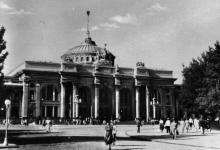 Одеса. Вокзал. Фото з набору фотографій «Одеса». Ф-ка масового фотодруку тресту «Укрфото». 1957 р.