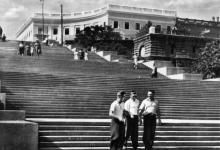 Одеса. Потьомкінські сходи. Фото з набору фотографій «Одеса». Ф-ка масового фотодруку тресту «Укрфото». 1957 р.