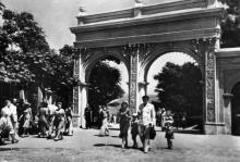 Одеса. Вхід до Ланжерону. Фото з набору фотографій «Одеса». Ф-ка масового фотодруку тресту «Укрфото». 1957 р.