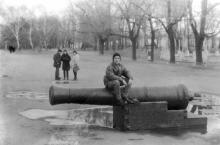Пушка у аркады. Фото Владимира Каминского. Одесса. 1998 г.