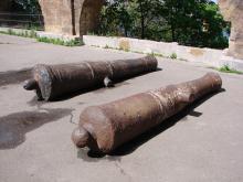 Пушки возле аркады