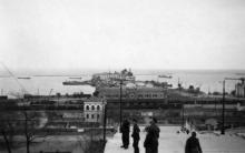 Вид на порт с Бульварной лестницы. 1942-1943 гг.