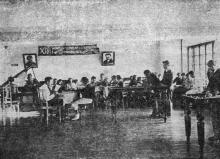 Красный уголок при общежитии Одесского института зерна и муки им. И.В. Сталина. Фото в проспекте для поступающих. 1936 г.