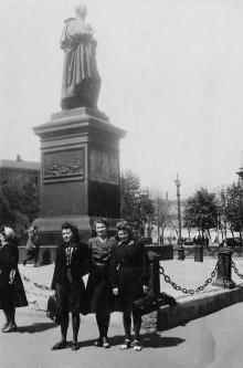 Одесса. Памятник Воронцову на площади Советской Армии. Конец 1940-х гг.