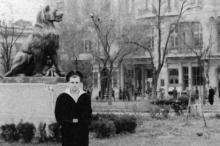 Одесса. Вид на гостиницу «Большая Московская», скульптура львицы в городском саду. 1950-е гг.