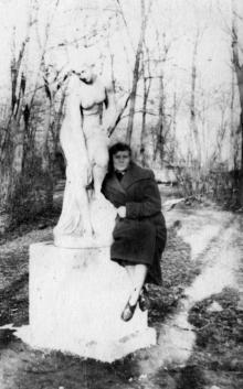 Скульптура «Купальщица» на территории Лермонтовского санатория. 1950-е гг.