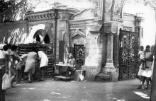 Возле Мавританской арки на Пролетарском бульваре, № 17. Вход в Отраду. Одесса. 1980-е гг.