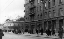 На снимке в глубине кафе «Алые паруса» на углу улиц Дерибасовской и К. Маркса. Одесса, 1960-е гг.