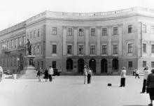Памятник Ришелье на Приморском бульваре, на первом этаже здания «Морская пассажирская касса». 1950-е гг.