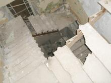 Остатки лестницы в здании бывшего РТО. Фото В. Баля. 2008 г.