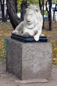 Одесса. Скульптура льва в Мечниковском сквере. Фото А. Вельможко. Октябрь, 2005 г.