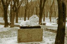 Одесса. Скульптура льва в Мечниковском сквере. Фото А. Вельможко. Декабрь, 2005 г.