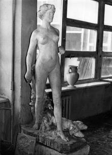 Скульптура «Диана с собаками» на архитектурном факультете Одесского инженерно-строительно института. Фото А. Азарьева. 1980-е гг.