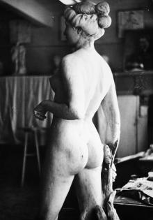 Восстановленная скульптура «Диана с собаками» на архитектурном факультете ОИСИ. Фото А. Азарьева. 1980-е гг.