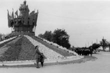 Центральная композиция из даров полей на сельскохозяйственной выставке в парке им. Шевченко (на этом месте потом возведут памятник Неизвестному матросу). 1953 г.